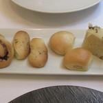 アマルフィイ - フォカッチャ、ローズマリーのパン、他