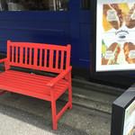 76189136 - 真っ赤なベンチに原色好きだのーとパチリ