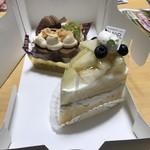 76192200 - 奥、キャラメル味のケーキ。                       手前、ラ・フランスのショートケーキ。