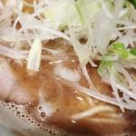 76193647 - やはり節が全開で力強い感じの濃厚豚骨魚介スープ!
