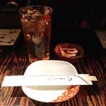 スエヒロ - 1杯めはウーロンハイ@380円。お通しの小海老唐揚げはなんと無料。サクサクつまめておいしい。