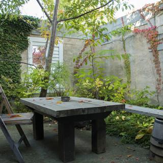 四季折々に変化し、藻岩展望台が見える手作りの中庭