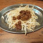 鶏○酒場 - お通しのもやし肉味噌炒め、グー!