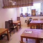 マナビアン - 3階席。4名テーブル2つ、2名テーブル2つで12名。