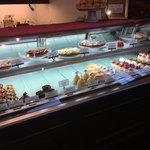 ミルグレイ - 店内 (ショートケーキのショーケース)