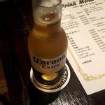 肉バル 透 -  お酒はコロナ・エキストラにしました(500円)。