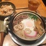 山半 - 松山名物鍋焼きうどん918円(税込)