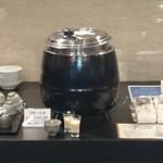 悠久乃蔵 しゃぶしゃぶと糀料理、日本酒 - 店内中央にて、自家製の酒粕甘酒を無料で振舞っています
