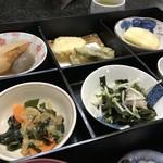 割烹 井口 - これだけおかずの並ぶお弁当です(2017.11.10)