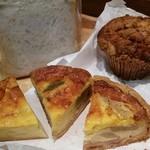 76220329 - 食パン、キッシュ三種(ブルーチーズ&じゃがいも、さつまいも&くるみ、りんご&ハム)、マフィン