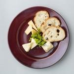 ワインのアテに 3種チーズの盛り合わせ
