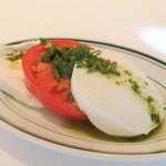 76222463 - 私は前菜の鮪のタルタルが食べられないのでこちらに変更。 「モッツァレラチーズとフレッシュトマト  バジルペースト添え 」