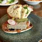 風のえんがわ - ハムとチーズのサンドイッチと自家製パテドカンパーニュのブルケッタ。