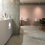 ドウモカフェ - 穏やかな色彩のスペース