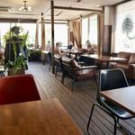 タイガーカフェ - 広々としたウッド調の落ち着いた雰囲気