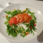 元祖トマトラーメンと辛麺とトマトもつ鍋 三味 - スライストマト。少なく見えますが…トマト好きの自分がビックリするぐらい、甘くて美味しい!です。
