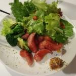 元祖トマトラーメンと辛麺とトマトもつ鍋 三味 - ウインナーとブロッコリーのグリル。マスタードが添えてあって、お酒のお供にも♪