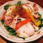 76232684 - ほうれん草とベーコンエッグサラダ @700円                       サラダほうれん草がたっぷりに卵は3つも!これで700円は相当なコスパ。もちろん味もおいしい。