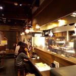 牛タン べこ串 - 1階はカウンター席と厨房。