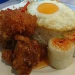 76253065 - タイ香り米の周りに並ぶタイ料理は生春巻き、バジルチリ炒め、ハーブ風味の鶏からあげ、エビ団子の揚げ物