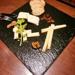 和洋ダイニング ゆきあかり - チーズ盛り合せ ドライフルーツ添え 1,200円+税