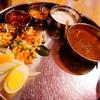 DIAMOND BIRYANI - 料理写真:グレイビー(カレーソース)、ライタ、オニオンスライス、レモン、カチュンバル、ゆで卵、ナッツ&フライドオニオン、海老の甘辛煮、ミントソース