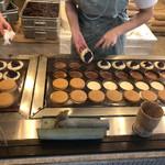 蜂楽饅頭 - 皆さん淀みなく焼き上げます。