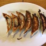 大勝軒 - 「自家製餃子」上から。野菜の香りと皮のもちもち感が舌を楽しませてくれる。