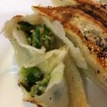 大勝軒 - 「自家製餃子」餡 接写。餡は、たっぷりの新鮮野菜が入っており、韮の色目が青々としていて鮮やかである。