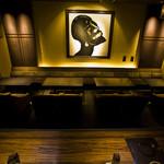豚料理専門店 銀呈 - 絵画前ソファ席は、4-5-5-4名のテーブル席が横並びです。