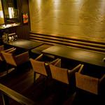 豚料理専門店 銀呈 - 4名+6名の片側ベンチシート席寛ぐ2階席です。