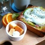バンコ カフェ - アボカドと生ハムのトースト。自家製チーズケーキもおまけしてもらいました。