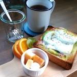 バンコ カフェ - アボカドと生ハムのトーストセット。450円