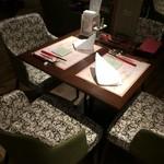 イタリアン&グリル アクア イルフォルノ - 肘置き付のソファーが心地良いテーブル席。