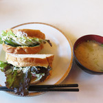 洋風食堂 枝 - ミックスサンド680円。 ゆで玉子のエッグサンドとハムサンドが1つずつです。お味噌汁は100円。