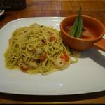 クッチーナ ディ サルティーニ - 小エビとフレッシュトマトとバジルペーストのスパゲッティとアカウオのアクアパッツァ風