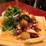 和馳走 蔵屋 - 軍鶏炙り焼き サラダとポテトサラダ付