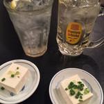 焼鳥 Ryoma - ハイボール(380円税込)、レモンサワー(380円税込)、お通しの冷奴(210円税込)