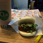 OH茶 - 珍珠奶茶(タピオカミルクティー)Lサイズに刈包(台湾バーガー)