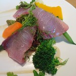 76284819 - (2017年11月 訪問)青森県産ブリと鎌倉野菜のサラダ、アップ。鮮度の良いキラッキラ光るブリが美味しい♪適度にあしらわれた粗塩のシャリっと感ともマッチしていました。