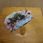 76284820 - (2017年11月 訪問)魚料理はハタ。昆布とケッパーを添えたソースがケンカせず妙に美味しい。