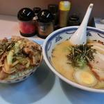 76285321 - 肉丼(小盛り)430円+とんこつラーメン(小盛り)530円
