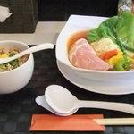麺屋 道満 - トマトチーズらーめん&チャーシューそぼろ丼