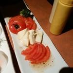 ひょうたん島 - トマトとチーズのサラダ