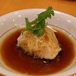中国料理 琥珀 - 石川県産 天然サワラの葱 生姜蒸し 琥珀自慢のソースがけ