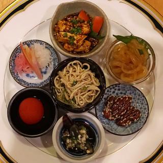中国料理 琥珀 - 前菜  細切り干し豆腐と黄ニラとホワイトセロリの和え物、よだれどり~大山むしどりの四川ソースがけ、クラゲの冷菜、ピーカンナッツ(くるみ)の飴炊き、ピータンの薬味ソースがけ、ミニトマトのあんず酒漬け、茗荷と赤城しぐれ大根と蕪の広東風甘酢漬け