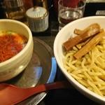 勢拉 - つけ麺(熱盛り中盛り麺かたネギ増)・極太黒メンマトッピング (ラー油、一味唐辛子大量投入)