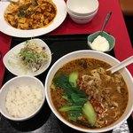 永利 - ランチメニューの担々刀削麺。小ライス、ごまドレッシングのサラダ、杏仁豆腐のデザートが付いていました('17/11/12)