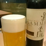 76311183 - 赤ワインボトルとビール「