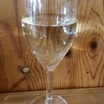 マントン - グラスワイン白。 グラスワインなのにちゃんと美味しいのが出てきた♪特に赤!
